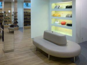 helle und übersichtliche Raumgestaltung mit Sitzecke