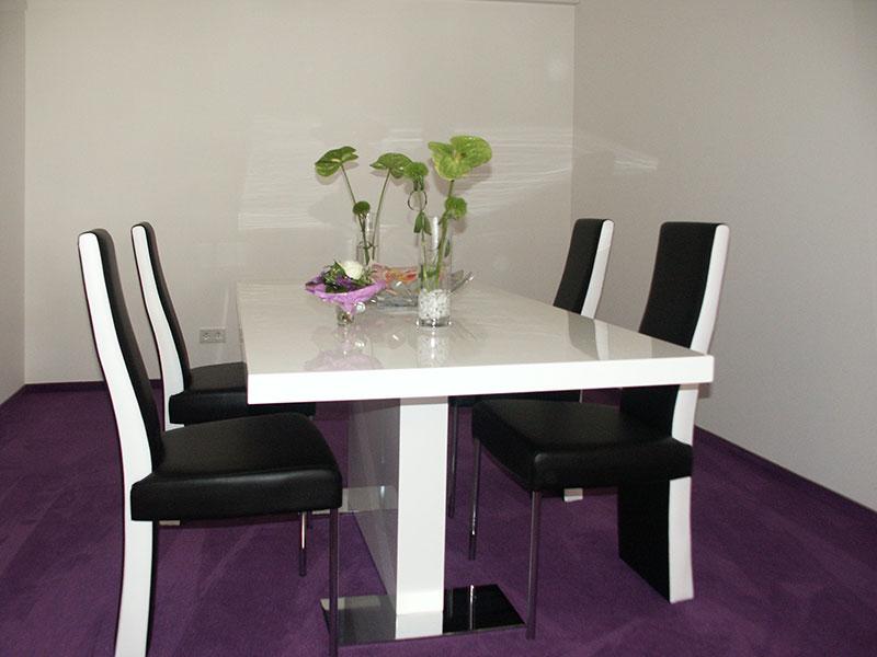 Tisch weiss lackiert mit passenden Stühlen