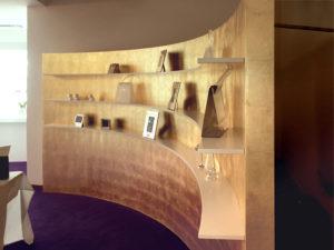 bogenförmige Verkaufswand Oberfläche mit Blattgold beschichtet