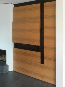 Wohnzimmereinbauschrank mit Apfelbaumholz furniert. Auf mittlerer Höhe befindet sich eine Schubklappe, die mit einem Gegengewicht über einen Seilzug mit Leichtigkeit nach oben geschoben werden kann.