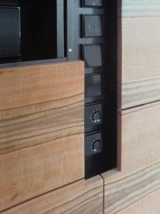 Durch die Front vom Einbauschrank verläuft ein Schacht, für Bedienelemente wie zum Beispiel Lichtschalter, Raumtemperatur Regler