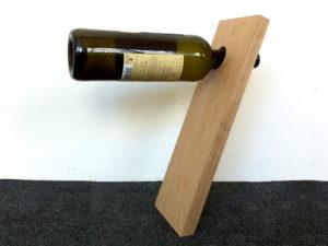 Flaschenhalter aus Holz. Die Flasche steht waagerecht oben.