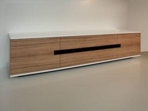 """LOWBOARD Robuster Weißlack als Oberflächenveredelung, Schubkästen aus Massivholz gezinkt und Aluminiumgriffschalen dienen der Alltagstauglichkeit. Die Mischung aus lackierter Oberfläche im Korpusbereich und der Echtholzfront in """"Zebrano"""", ebenfalls mit Möbellack transparent lackiert. Mit 220 cm Länge, 50 cm Höhe und 50 cm Tiefe bietet es viel Stauraum ohne wuchtig zu wirken."""
