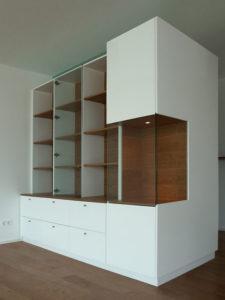 Wohnzimmer-Raumteiler, Vorderseite Vitrinen. Weiß lakiert in Kombination mit amerikanischem Kirschbaum.