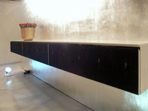 Sideboard hochglanz lackiert. Die Fronten sind mit edelster Schwarz gebeizter Rochenhaut belegt.