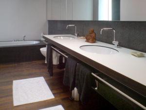 Waschtisch, frei an der Wand hängend mit eingelassenen Waschbecken.