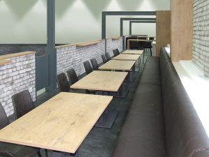 Bank und Tische im Werksbistro
