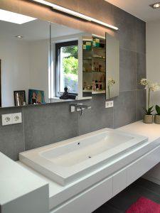 Waschtisch aus weißem Mineralwerkstoff-Spiegelschrank in der Wand eingebaut