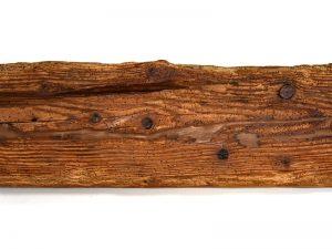 Altholz geölt und farblich angefeuert. Risse wahlweise mit Epoxitharz ausgefüllt.