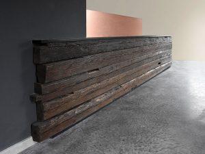 Altholztheke Vorderseite Balken an der Wand