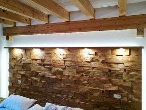 Spaltholzwand am Bettkopfteil mit Beleuchtung