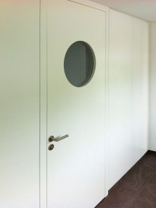 Tür weiss mit rundem Glas