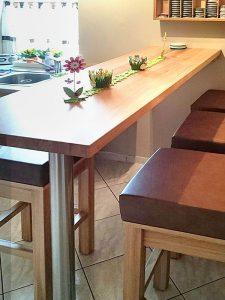 schmaler Küchentisch Holz an der Wand befestigt mit einem Metallbein